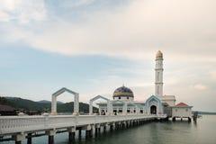 Sławny spławowy meczetu MASJID AL BADR 1000 SELAWAT z niebieskim niebem jako tło obraz royalty free