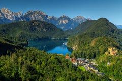 Sławny spektakularny Hohenschwangau kasztel, wysokie góry w tle i, Niemcy zdjęcie royalty free