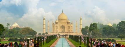 Sławny Taj Mahal, odwiedzający tysiącami turyści każdy dzień Ar Obrazy Stock