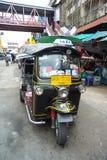 Sławny trójkołowy taxi parking przy ulicą (tuktuk) Zdjęcie Royalty Free