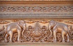 Słoń rzeźbił na drewnie w Tajlandzkiej świątyni Obrazy Stock