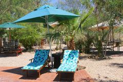 Słońc łóżek parasol ogródu patio, Afrykański kurort, Namibia Zdjęcie Stock