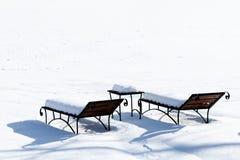 Słońc łóżka w śniegu, sunbathing w zimie, Pusty deckchair na stronie narciarski skłon, fotografia stock