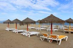 Słońc loungers w Torremolinos i cienie, Hiszpania Obraz Stock