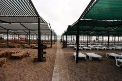 Słońc parasols i loungers zdjęcia royalty free