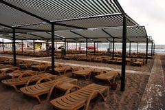Słońc parasols i loungers fotografia royalty free