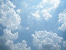 Słońca światło na niebieskim niebie Zdjęcie Stock
