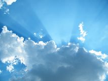 Słońca światło na niebieskim niebie Obraz Stock