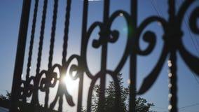 Słońca świecenie przez żelaznej bramy zbiory wideo