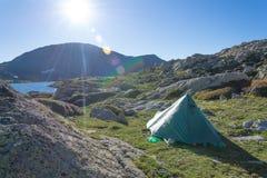 Słońca jaśnienie na namiocie w górze w Pyrenees Fotografia Royalty Free