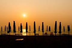 Słońca jaśnienie na plażowym parasolu Obrazy Royalty Free