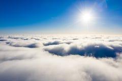 Słońca jaśnienie nad białe chmury Powietrzny cloudscape fotografia stock