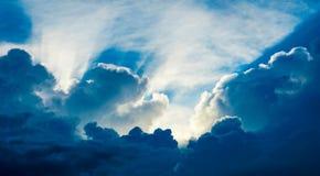Słońca jaśnienie przez grożenie chmur Fotografia Royalty Free