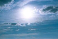Słońca jaśnienie w niebie, niebo tekstura, piękny tło, zwarte chmury fotografia stock