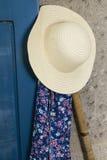 Słońca kapelusz, fartuch i rydel, obrazy royalty free