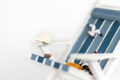 Słońca lounger odizolowywający na białym tle Tropikalny urlopowy t?o Słońca lounger na piaskowatej wyspie, kopii przestrzeń, obraz stock