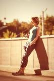 Słońca miasta lata portret przypadkowa atrakcyjna młoda kobieta fotografia royalty free