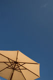Słońca niebieskie niebo i parasol Fotografia Royalty Free