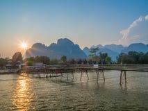 Słońca położenie na Nam Pieśniowej rzece, Laos zdjęcie stock