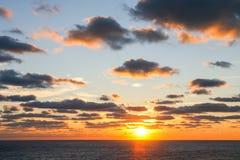 Słońca położenie na oceanie Obraz Stock
