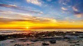 Słońca położenie pod pomarańczowym niebem nad horyzontem Atlantycki ocean przy obozami Trzymać na dystans blisko Kapsztad fotografia royalty free