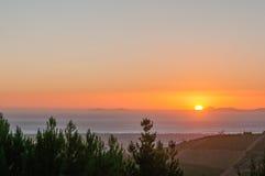 Słońca położenie przez Fałszywą zatokę Zdjęcie Stock