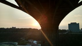 Słońca położenie przy Niagara spadkami Zdjęcie Royalty Free
