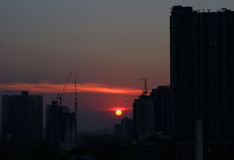 Słońca położenie wśród drapacza chmur i budowy budynków Bangkok Fotografia Stock