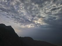 Słońca położenie w chmurach nad jabal jais ras al halnym khaima, UAE obraz royalty free