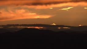 Słońca położenie za chmurami w pięknym niebie zbiory wideo