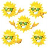 Słońca postać z kreskówki z zielonymi okularami przeciwsłonecznymi ustawiającymi Zdjęcia Royalty Free