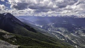 Słońca przebijanie przez chmur nad Kanadyjskimi Skalistymi górami Obrazy Stock