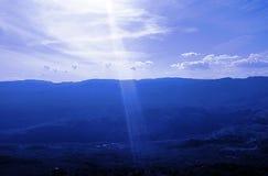 Słońca ` s promień nad górkowaty teren obrazy royalty free