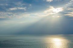 Słońca ` s promienie przechodzi przez burz chmur nad morzem Fotografia Stock