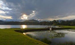 Słońca starburst przez chmur Zdjęcie Royalty Free