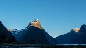 Słońca wydźwignięcie na szczycie infuła szczyt w milford dźwięku obrazy royalty free