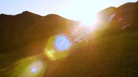 Słońca wydźwignięcie od behind śnieżnych gór Ciasny strzał z pięknym obiektywu racą rusza się przez ramy zbiory