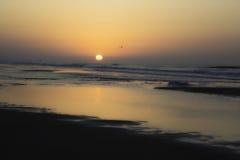Słońca wydźwignięcie przy mirt plażą Zdjęcie Royalty Free