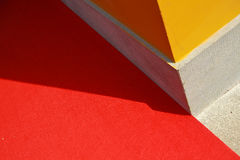 Słońce błyszczy na kolor żółty ścianie Obrazy Royalty Free
