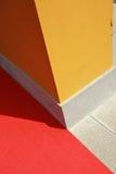Słońce błyszczy na kolor żółty ścianie Zdjęcia Stock