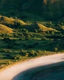 Słońce błyszczy na pustej białej piasek plaży Zdjęcie Stock