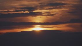 Słońce błyszczy pięknie za dramatycznymi chmurami zdjęcie wideo