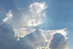 Słońce błyszczy po chmur w wieczór Obrazy Stock