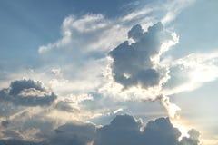 Słońce błyszczy po chmur w wieczór Fotografia Stock