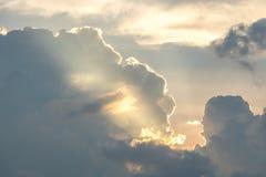 Słońce błyszczy po chmur w wieczór Zdjęcia Royalty Free