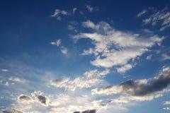 Słońce błyszczy przez cumulus chmur w niebieskim niebie Tło i tekstura dla artystów i projekta Jaskrawy światło w oczach fotografia stock