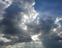 Słońce Błyszczy Przez Nadziemskich chmur Obraz Stock