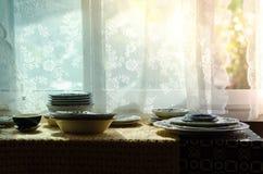 Słońce błyszczy przez okno, dokąd puchary umieszczają dalej Fotografia Stock