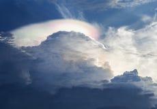 Słońce błyszczy przez podeszczowych chmur Obrazy Stock