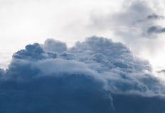 Słońce błyszczy przez podeszczowych chmur Obrazy Royalty Free